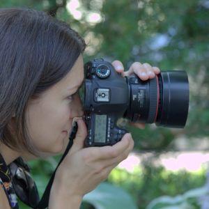En kvinna fotograferar.