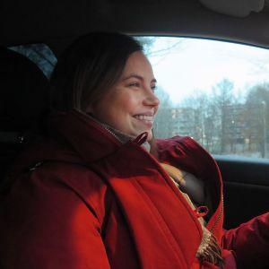 Annina Herala-Hemmilä ajaa autoa Hämeenlinnassa