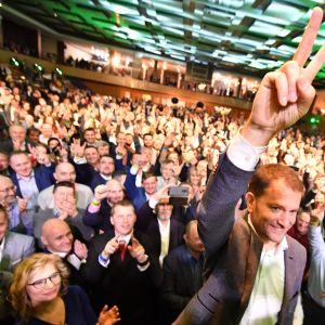 Antikorruptionspartiet, konservativa Olanos ledare Igor Matovič visade segertecknet under en valvaka i staden Trnava på lördag kväll.