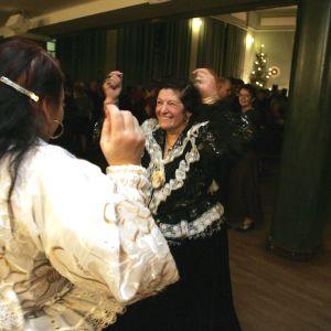 Romska kvinnor dansar