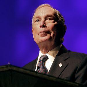 Närbild på Michael Bloomberg mot blå bakgrund.
