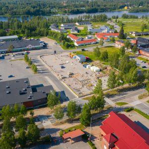 Pudasjärven niin sanottujen hybriditalojen työmaasta kesäkuussa 2020. Runko rakennetaan betonista, julkisivuja ja väliseiniä hirrestä.