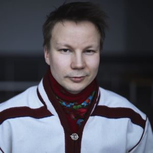 Niillas Holmberg valko-mustassa saamenasussa.