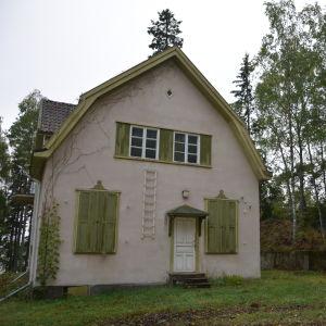 Baksidan av Villa Ståhlström på Runsala i Åbo.