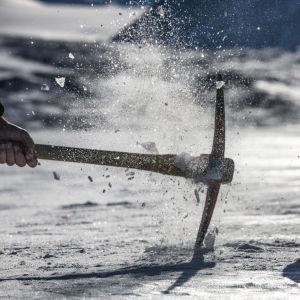 En ishacka slår ned i isen i Antarktis.
