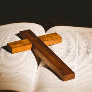 en Bibel och ett krucifix