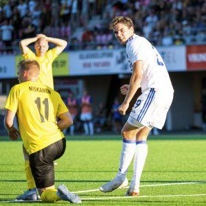 Robert Skov firar mål, Ilvesspelare deppar.