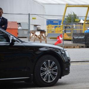 En bil med den danska flaggan på nosen av bilen.