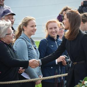 Kronprinsessan Mary hälsar på en dam.
