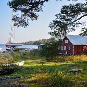 Stranden med verkstaden och en segelbåt upplyft