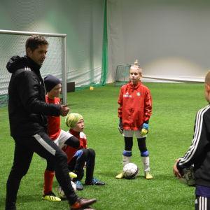 Spelarna lyssnar noga då Stefan strömborg håller sitt första träningspass.
