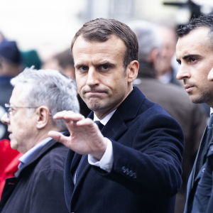 Macron vinkade till åskådare då han inspekterade skadorna på Champs Élysées den 2 december efter det veckoslutets protester.