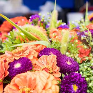 Lähikuvassa värikkäitä kukkakimppuja.