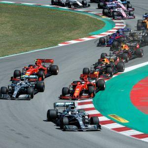 Lewis Hamilton är först ur den första kurvan