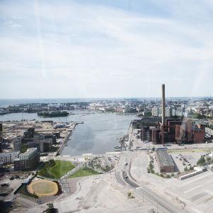 Näkymä Majakan 33. kerroksen ikkunasta kohti Helsingin keskustaa.