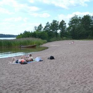 Nästan tom badstrand i Borgå.