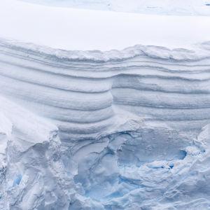 Bit av isberg på Antarktis.