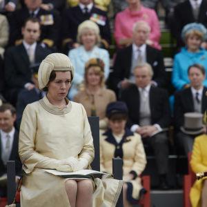 På bilden syns skådespelarna Olivia Colman och Tobias Menzies som spelar det brittiska kungaparet i tv-serien The Crown.
