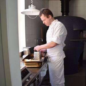 Nick Victorzon river ost i ett kök.