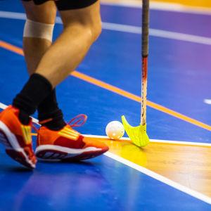 Innebandyspelares ben, klubba och boll