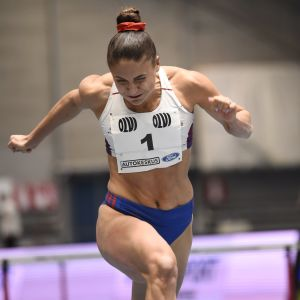 Nooralotta Neziri löper i mål på 60 m häck