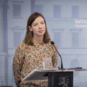 Opetusministeri Li Andersson Valtioneuvoston tiedotustilaisuudessa 2.4.2020.
