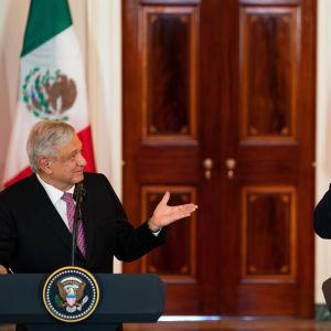 Andres Manuel Lopez Obrador puhuu ja Donald Trump hymyilee Valkoisessa talossa.