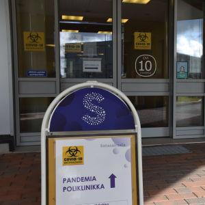 Satasairaalan pandemiapoliklinikan ovi