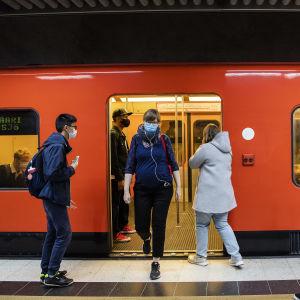 Kuvassa on kasvomaskeja käyttäviä ihmisiä Helsingin metrossa elokuussa 2020.