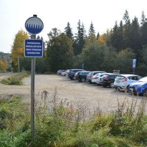 Parkeringsplatsen vid Sibbo storskog / Byabäcken i Sibbo
