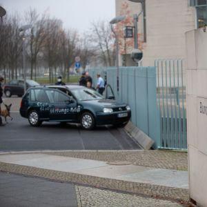 Porttiin törmännyt auto ja poliiseja.
