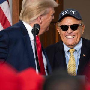 President Trump med sin advokat Rudy Giuliani under en välgörenhetstillställning till förmån för New York-polisen. Bilden är tagen den 14 augusti.