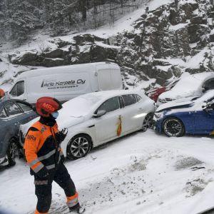 Bilar involverade i en seriekrock på Åboleden i Esbo den 9 mars 2021.