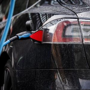 Teslan Model S -sähköautoa ladattiin Hakaniemessä.