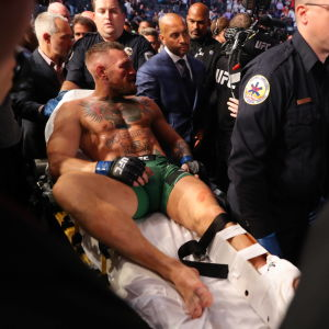 Conor McGregor bärs ut på bår med brutet ben,