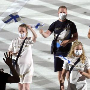 Finländska idrottare under invigningen.