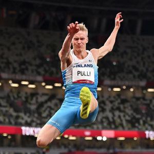 Kristian Pulli hyppää.