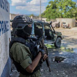 Haitiska soldater bevakade allmänna åklagarens kontor i huvudstaden Port-au-Prince den 6 oktober.