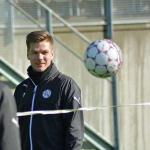 Sebastian Strandvall i en fotbollstennismatch i Vasa.