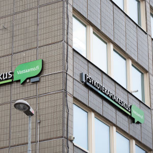 Psykoterapiakeskus Vastaamon kyltti Kokkolan toimipaikan ulkoseinässä.