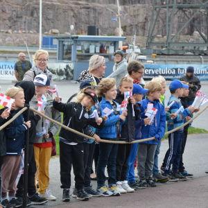 Barn som väntar på kronprinsessan Mary i Åbo.