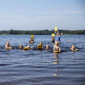 Lapsia uintikoulussa Maaningalla Kuopiossa.