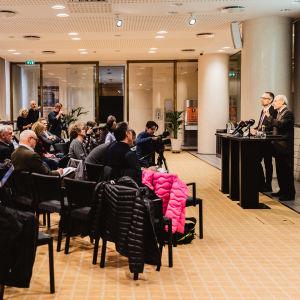 Presskonferens med journalister i rad hos Riksbanken.