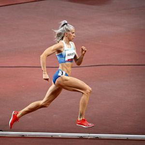 Sara Kuivisto 800 metrin välierissä.