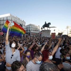 Demonstranter med regnbågsflaggor samlade på Puerta del Sol i centrum av Madrid på måndag kväll.
