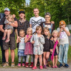 Ryhmäkuvassa aikuisia ja lapsia.