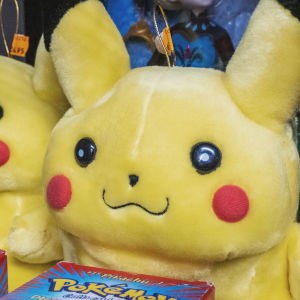 """Två gula mjukisfigurer, framför dem askar med texten """"Pokémon"""""""