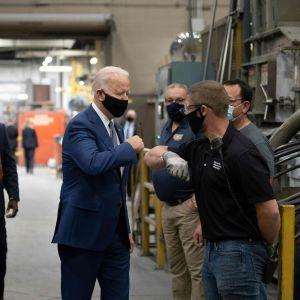 Demokraternas presidentkandidat Joe Biden besöker en fabrik i Wisconsin den 21 september 2020.