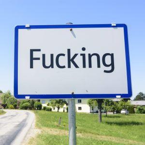 En skylt som indikerar att man kommer in i byn Fucking i Österrike