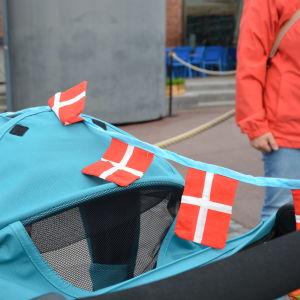 Den danska flaggan pryder en barnvagn.